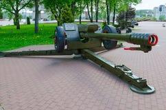 obús 122-milímetro D-30 en el callejón de la gloria militar en el parque de ganadores, Vitebsk, Bielorrusia Imagen de archivo