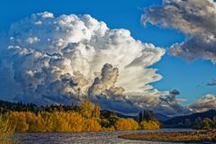 Obłoczna formacja nad Motueka rzeką, Nowa Zelandia zdjęcia stock