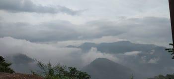 obłoczna i piękna góra zdjęcia stock