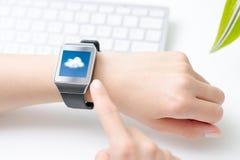 Obłoczna oblicza technologia z mądrze zegarkiem Zdjęcie Royalty Free