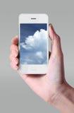 Obłoczna oblicza technologia z smartphone i ręką na popielatym z powrotem Zdjęcie Royalty Free