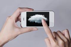 Obłoczna oblicza technologia z smartphone i rękami na popielatym bac Fotografia Royalty Free