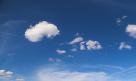 Obłoczni nieba jaskrawi turkusowy błękit Obrazy Royalty Free