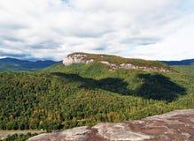 Obłoczny cień nad pasmem górskim z drzewami i Jaskrawym słońcem Fotografia Royalty Free