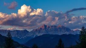 Obłoczny czasu upływ nad dolomit góry skał profilem zbiory