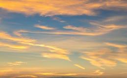 Obłoczny i złoty niebo Zdjęcie Royalty Free
