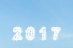 Obłoczny kształt liczba 2017 na niebieskim niebie Obrazy Stock