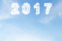 Obłoczny kształt liczba 2017 na niebieskim niebie Zdjęcia Stock