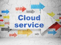 Obłoczny networking pojęcie: strzała z chmury usługa na grunge ściany tle Obrazy Royalty Free