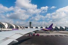 Obłoczny niebieskiego nieba i samolotu skrzydłowy widok Obraz Royalty Free