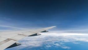 Obłoczny niebieskiego nieba i samolotu skrzydłowy widok Fotografia Royalty Free