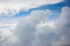 Obłoczny niebo chmurzący gdy podróżuję karbi Obrazy Stock