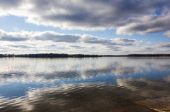 Obłoczny odbicie na jeziorze Fotografia Royalty Free