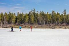 Ob水库的冰的滑雪者 库存照片