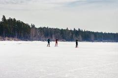 Ob水库的冰的滑雪者 库存图片