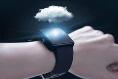 Obłoczna oblicza technologia z smartwatch Zdjęcia Royalty Free