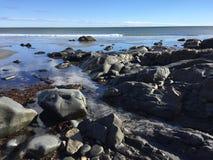 obłoczna oceanu nieba widok woda rocky brzegu Zdjęcia Stock