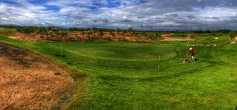 obłoczny czarnej chmury deszczu zielonej trawy golfa mosta nieba niebieskie niebo zdjęcie royalty free