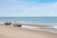 Oba drewniana łódź rybacka na plaży z niebieskim niebem Zdjęcie Royalty Free