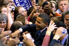 Obama agita as mãos dos ventiladores Fotos de Stock