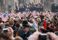 obama prague för barackfolkmassahälsning Royaltyfri Bild