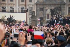 obama prague för barackfolkmassahälsning Royaltyfri Foto