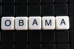 Obama-Titeltext-Wortkreuzworträtsel Alphabetbuchstabe blockiert Spielbeschaffenheitshintergrund Weiße alphabetische Buchstaben au Lizenzfreie Stockfotografie