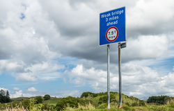 Oban苏格兰- 2017年5月17日:签署一座微弱的桥梁的警告3英里向前与最大 运载的重量7 5 T 库存照片