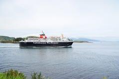 Oban,英国- 2010年2月20日:巡航划线员在海 假日船沿沿海海洋旅行驾驶 库存照片