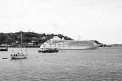 Oban,英国- 2010年2月20日:水上艺术在沿山的海沿岸航行游轮和帆船在海 库存照片