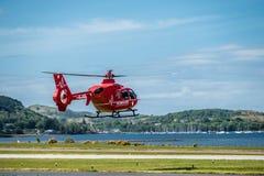 Oban Σκωτία - 17 Μαΐου 2017: Κόκκινο ασθενοφόρο αέρα που αρχίζει να πετά πίσω στην Ιρλανδία Στοκ Εικόνες