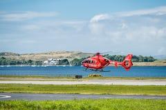 Oban Σκωτία - 17 Μαΐου 2017: Κόκκινο ασθενοφόρο αέρα που αρχίζει να πετά πίσω στην Ιρλανδία Στοκ εικόνα με δικαίωμα ελεύθερης χρήσης