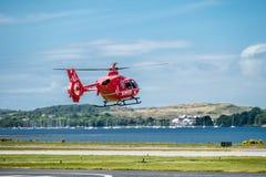 Oban Σκωτία - 17 Μαΐου 2017: Κόκκινο ασθενοφόρο αέρα που αρχίζει να πετά πίσω στην Ιρλανδία Στοκ Φωτογραφίες