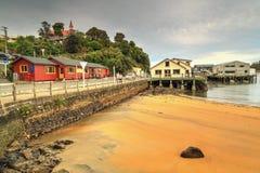 Oban, остров Stewart, Новая Зеландия Пристань и холм церков стоковые фотографии rf