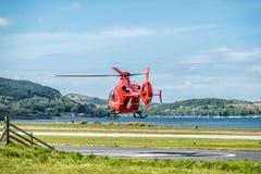 Oban Escocia - 17 de mayo de 2017: Ambulancia aérea roja que comienza a volar de nuevo a Irlanda Fotos de archivo