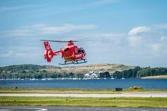Oban Escocia - 17 de mayo de 2017: Ambulancia aérea roja que comienza a volar de nuevo a Irlanda Foto de archivo libre de regalías