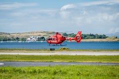 Oban Escocia - 17 de mayo de 2017: Ambulancia aérea roja que comienza a volar de nuevo a Irlanda Imagenes de archivo