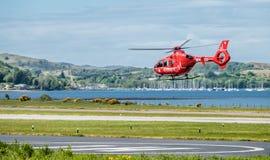 Oban Escocia - 17 de mayo de 2017: Ambulancia aérea roja que comienza a volar de nuevo a Irlanda Imagen de archivo libre de regalías