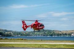 Oban Escocia - 17 de mayo de 2017: Ambulancia aérea roja que comienza a volar de nuevo a Irlanda Fotos de archivo libres de regalías