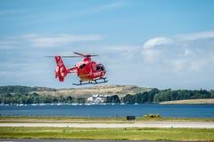 Oban Escocia - 17 de mayo de 2017: Ambulancia aérea roja que comienza a volar de nuevo a Irlanda Imágenes de archivo libres de regalías