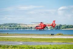 Oban Escocia - 17 de mayo de 2017: Ambulancia aérea roja que comienza a volar de nuevo a Irlanda Foto de archivo