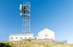 Oban, Escocia - 16 de mayo de 2017: El Reino Unido todavía utiliza las antenas planas de la parábola en zonas rurales Foto de archivo libre de regalías