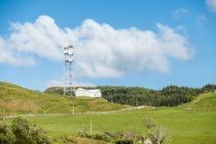 Oban, Escocia - 16 de mayo de 2017: El Reino Unido todavía utiliza las antenas planas de la parábola en zonas rurales Fotos de archivo libres de regalías