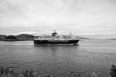 Oban Förenade kungariket - Februari 20, 2010: Ferieskeppet navigerar längs eyeliner för kryssning för havskust i havet Kryssningd royaltyfri fotografi