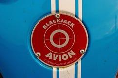 Oban F?renade kungariket - Februari 20, 2010: emblem f?r blackjackavionbil R?tt emblem p? bl?ttmetallbakgrund Bilnamn och royaltyfria bilder
