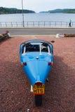 Oban, het Verenigd Koninkrijk - Februari 20, 2010: blackjackavion auto op parkeren op zee kade Blauwe auto met drie wielen Stock Fotografie