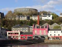 OBAN, l'ECOSSE, MAY-07,2015, distillerie d'Oban et McCaig dominent photographie stock