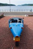 Oban, Reino Unido - 20 de fevereiro de 2010: carro do avion do vinte-e-um no estacionamento no cais do mar Automóvel azul com trê Fotografia de Stock