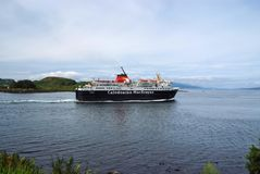 Oban, Reino Unido - 20 de fevereiro de 2010: O navio do feriado navega ao longo do forro do cruzeiro da costa de mar no mar Desti fotos de stock royalty free
