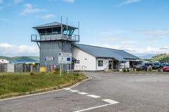 Oban Schotland - Mei 17 2017: De Oban-luchthavengebouwen die het vliegveld overzien stock fotografie